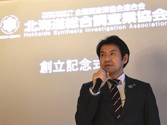 創立記念式典で挨拶をする山田会長